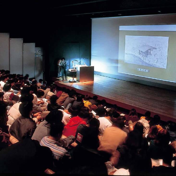 STEPホール[学校イベントのメインステージ]