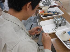 日本電子専門学校における電気工事関連実習授業風景